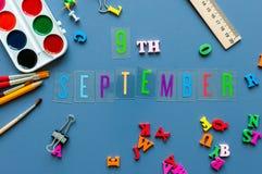 9 september Dag 9 van maand, terug naar schoolconcept Kalender op leraar of studentenwerkplaatsachtergrond met school Royalty-vrije Stock Fotografie