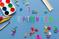 3 september Dag 3 van maand, terug naar schoolconcept Kalender op leraar of studentenwerkplaatsachtergrond met school Royalty-vrije Stock Foto's
