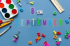 8 september Dag 8 van maand, terug naar schoolconcept Kalender op leraar of studentenwerkplaatsachtergrond met school Royalty-vrije Stock Foto