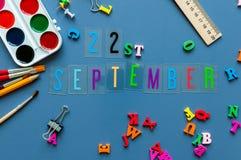 22 september Dag 22 van maand, terug naar schoolconcept Kalender op leraar of studentenwerkplaatsachtergrond met school Stock Foto's