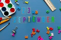 23 september Dag 23 van maand, terug naar schoolconcept Kalender op leraar of studentenwerkplaatsachtergrond met school Stock Foto