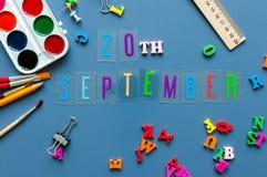 20 september Dag 20 van maand, terug naar schoolconcept Kalender op leraar of studentenwerkplaatsachtergrond met school Stock Foto