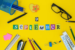 9 september Dag 9 van maand, terug naar schoolconcept Kalender op leraar of studentenwerkplaatsachtergrond met school Stock Afbeeldingen