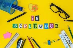 28 september Dag 28 van maand, terug naar schoolconcept Kalender op leraar of studentenwerkplaatsachtergrond met school Royalty-vrije Stock Fotografie