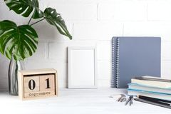 1 september De houten kalender, groep school levert een witte lijst Terug naar School Stock Foto's