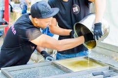 16 September 2017 de Oekraïne, Witte Kerk Het proces van karamel die in openlucht koken Stock Fotografie
