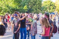 2 september 2017 de Oekraïne, Witte Kerk De jongeren hebt pret tijdens de Holi-vakantie, werpend kleurrijk poeder in elkaar Stock Foto's