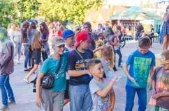 2 september 2017 de Oekraïne, Witte Kerk De jongeren hebt pret tijdens de Holi-vakantie, werpend kleurrijk poeder in elkaar Stock Fotografie