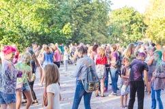 2 september 2017 de Oekraïne, Witte Kerk De jongeren hebt pret tijdens de Holi-vakantie, werpend kleurrijk poeder in elkaar Stock Afbeeldingen