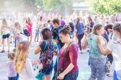 2 september 2017 de Oekraïne, Witte Kerk De jongeren hebt pret tijdens de Holi-vakantie, werpend kleurrijk poeder in elkaar Royalty-vrije Stock Foto