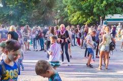 2 september 2017 de Oekraïne, Witte Kerk De jongeren hebt pret tijdens de Holi-vakantie, werpend kleurrijk poeder in elkaar Royalty-vrije Stock Foto's