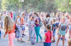 2 september 2017 de Oekraïne, Witte Kerk De jongeren hebt pret tijdens de Holi-vakantie, werpend kleurrijk poeder in elkaar Royalty-vrije Stock Afbeelding