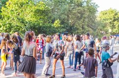 2 september 2017 de Oekraïne, Witte Kerk De jongeren hebt pret tijdens de Holi-vakantie, werpend kleurrijk poeder in elkaar Royalty-vrije Stock Afbeeldingen