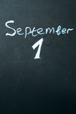 1 september de uitdrukking in krijt op het bord wordt geschreven dat Royalty-vrije Stock Foto's
