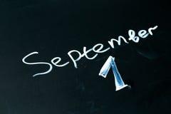1 september de uitdrukking in krijt op het bord wordt geschreven dat Stock Foto