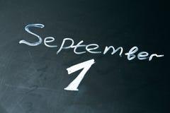 1 september de uitdrukking in krijt op het bord wordt geschreven dat Royalty-vrije Stock Afbeeldingen