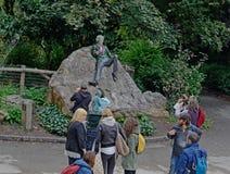 September 19, 2015, Dublin, Irland Besökare som tar i Oscar Wilde Statue Located In Dublin, Irland jpg royaltyfri foto