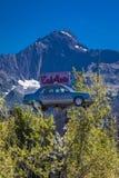 2 september, 2016 - Eads-Auto, Seward Alaska - een auto in de bomen onder een grote Americana berg - Stock Foto