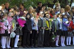 1 september Een plechtige heerser van leerlingen in de schoolwerf Stock Foto