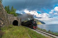 1. September fährt Dampfzug auf die Circum-Baikal-Eisenbahn Stockfotos