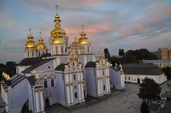 September 12, 2010 - forntida historisk arkitektur i mitten av Kiev mot den bl?a himlen med vita moln royaltyfri fotografi