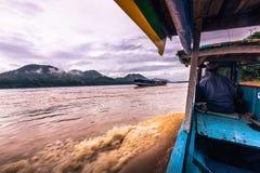 21 september, 2014: Het kruisen van de Mekong rivier, Laos Royalty-vrije Stock Afbeeldingen