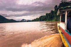 21 september, 2014: Het kruisen van de Mekong rivier, Laos Royalty-vrije Stock Foto's