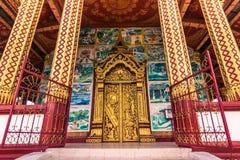 September 20, 2014: Ingång till den Wat Manorom templet i Luang Prabang Royaltyfria Bilder