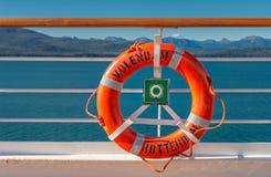 14. September 2018 - innerhalb des Durchganges, Alaska: Orange Lifering auf Kreuzschiff lizenzfreie stockbilder