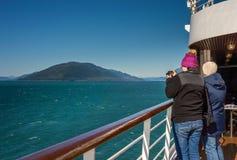 September 14, 2018 - inom passagen, AK: Kryssninghandelsresande som fotograferar landskap arkivfoton