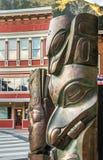 14 september, 2018 - Juneau, AK: Het brons beeldhouwt het vieren Inheemse erfenis stock fotografie