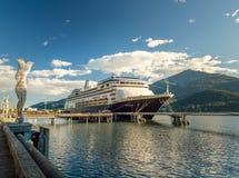 September 14, 2018 - Juneau, Alaska: Det Volendam kryssningskeppet som anslutas i port royaltyfri foto