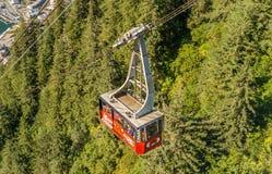 14 september, 2018 - Juneau, Alaska: Rood zet Roberts Tramway-auto op kabel op royalty-vrije stock foto's