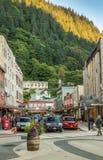 14 september, 2018 - Juneau, Alaska: Verkeer op bezig Front Street van de binnenstad royalty-vrije stock foto's