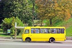 2 September 2017, Kiev - de Oekraïne; Bus bij de bushalte royalty-vrije stock foto