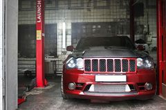 23. September 2012 Kiew Jeep Grand Cherokee SRT8 an der Tankstelle wartung Grobes Auto nicht für den Straßenverkehr lizenzfreie stockfotografie