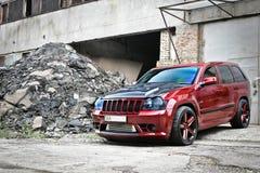 4. September 2012 Kiew Jeep Grand Cherokee SRT8 Grobes Auto nicht für den Straßenverkehr auf einem Hintergrund von Ruinen von Geb lizenzfreie stockbilder