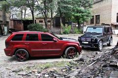 4. September 2012 Kiew Mercedes-Benz G55 AMG und Jeep Grand Cherokee SRT8 lizenzfreie stockbilder