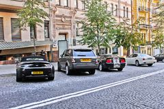 3. September 2012 Kiew, Ukraine; Aston Martin Vantage Volante u. Ford Mustang u. Maserati Quattroporte stockfotografie