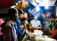 September 2017 Kolkata, Indien Kunden, die Frühlingsrolle an einem Stall im kolkata nachts kaufen Lizenzfreies Stockfoto