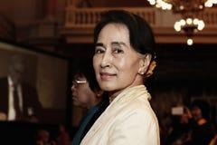 September 17 2013 - konferens för FORUM 2000 i PRAGUE Oppositionsledaren Aung San Suu Kyi har antytt på segern i Myanmar's förs Arkivbild