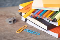 1. September Konzeptpostkarte, Lehrer ` Tag, zurück zu Schule oder College, Versorgungen Lizenzfreies Stockbild