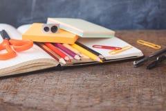 1. September Konzeptpostkarte, Lehrer ` Tag, zurück zu Schule oder College, Versorgungen, flache Lage Lizenzfreies Stockbild