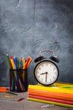 1. September Konzeptpostkarte, Lehrer ` Tag, zurück zu Schule oder College, Versorgungen, Wecker Lizenzfreies Stockfoto