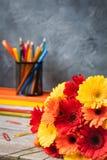 1. September Konzeptpostkarte, Lehrer ` Tag, zurück zu Schule oder College, Versorgungen, Wecker Stockfoto