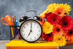 1. September Konzeptpostkarte, Lehrer ` Tag, zurück zu Schule oder College, Versorgungen, Wecker Lizenzfreie Stockfotos