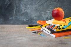 1. September Konzeptpostkarte, zurück zu Schule oder College, ein Apfel auf Versorgungen Lizenzfreie Stockfotografie