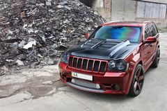 September 4, 2012, Kyiv Jeep Grand Cherokee SRT8 Den brutala av-vägen bilen på en bakgrund av fördärvar av byggnader arkivbilder