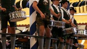 17 september, 2017 - München, Duitsland: Goed gekleed in nationale Beierse kostuums, spelen de mensen trommels en onderhouden een stock videobeelden