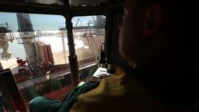 10 September, 2016, Mariupol, Ukraina, Ukrtransagro LLC Man kontrollstyrspakar och päfyllningskorn från silon till bulker arkivfilmer